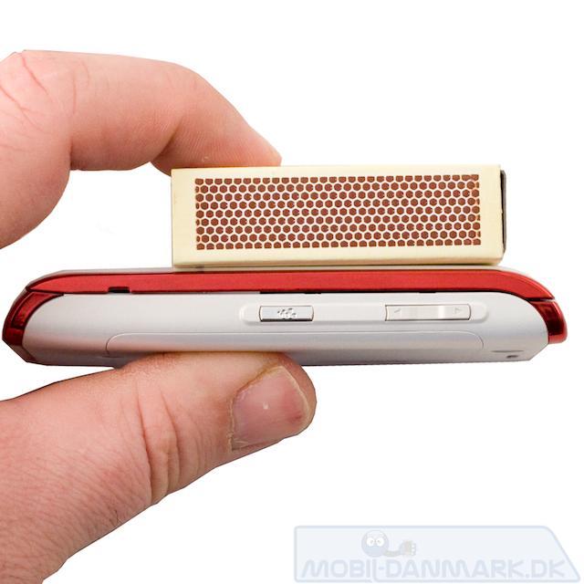 Tykkelsen på 14 mm er normal for en slidetelefon