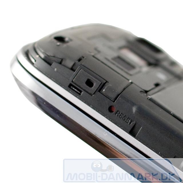 Reset-knappen findes også under battericoveret