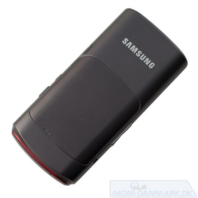 Bemærk det lille hak til at åbne batteri klappen