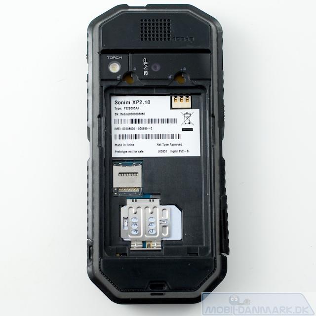 Bagsiden uden batteri - bemærk microSD-slidsen