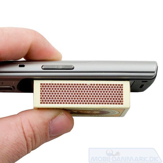 Tykkelsen på 13 mm er rimelig for en slide-telefon