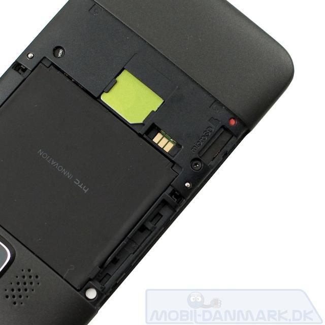 Under coveret en microSD-slot og en reset-knap