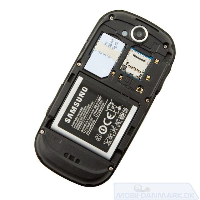 Fjernes coveret ser man microSD-slottet