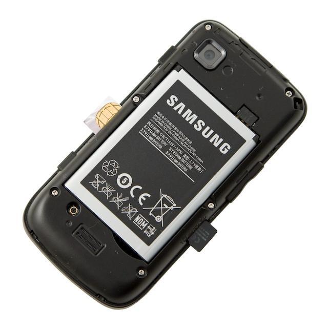 Uden bagsiden er der adgang til simkort og microSD-kort