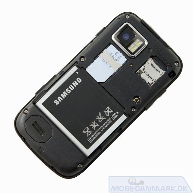 MicroSD-kort sættes i under coveret