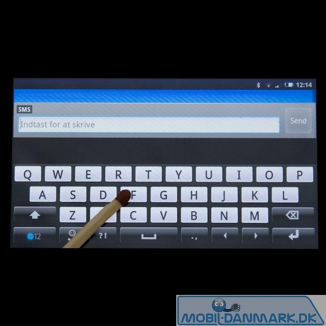 Ganske stort tastatur på den brede led