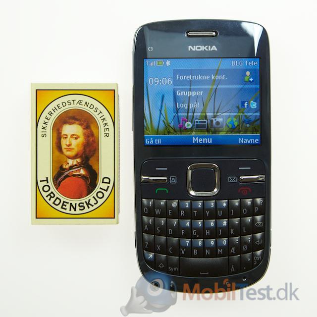 Nokia C3 ved siden af tændstikæsken