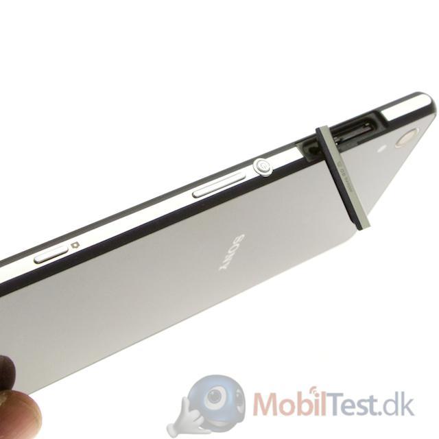 Højre side med klap til microSD-kort